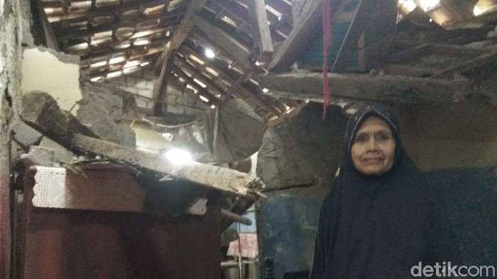 Pilu Mak Julaeha hidup sebatang kara di rumah ambruk dan sakit tumor ganas