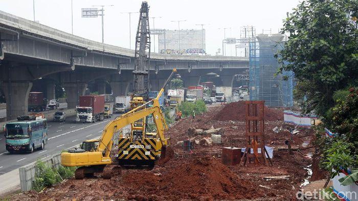Proyek Kereta Cepat Jakarta-Bandung dihentikan sementara karena disebut sebabkan banjir. Meski begitu proyek kereta cepat di Cikunir masih berjalan.