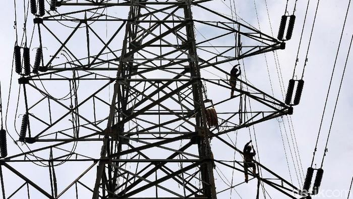 Pemeliharaan kabel listrik di menara sutet rutin dilakukan agar dapat alirkan listrik secara optimal. Para petugas dikerahkan untuk melakukan pemeliharaan itu.