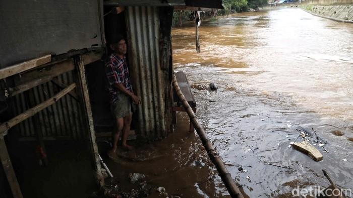 Kawasan Kebon Pala, Jakarta, masih terendam banjir sejak beberapa waktu lalu. Air yang genangi rumah warga membuat mereka terpaksa beraktivitas di tengah banjir