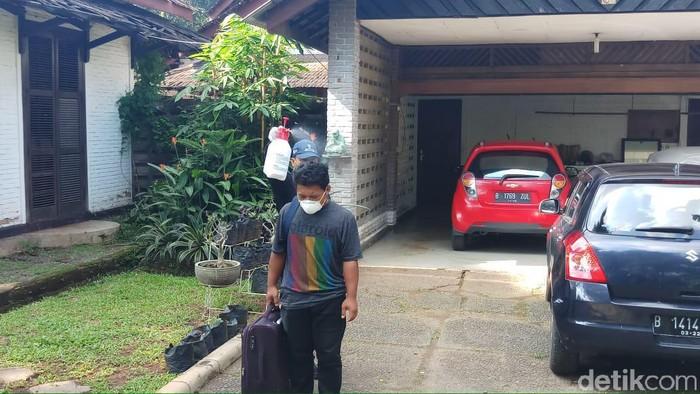 Seorang Pria di Rumah WNI Positif Corona Disemprot lalu Dibawa ke RSPI