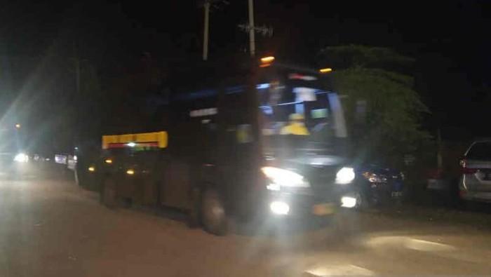 Bus yang membawa 69 WNI ABK Diamond Princess saat melintas dan akan masuk ke dalam PLTU Sumuradem pada Senin (2/3) dini hari