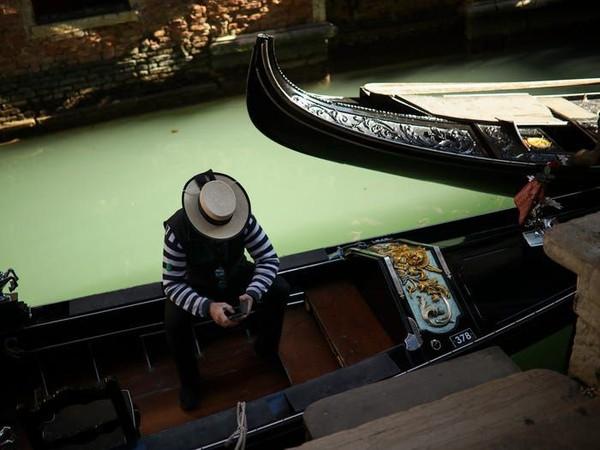 Siapa pun jatuh cinta dengan Venesia. Biasanya para turis bersesakan untuk naik gondola, kini wisata sepi. (Francisco Seco/AP)