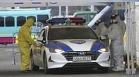 Korea Selatan diketahui menjadi negara pertama yang memberlakukan drive through untuk warga yang ingin melakukan tes corona (AP Photo)