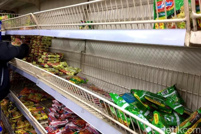 Kabar 2 orang WNI positif corona menyebabkan sejumlah toko swalayan dipadati masyarakat untuk memborong sembako.