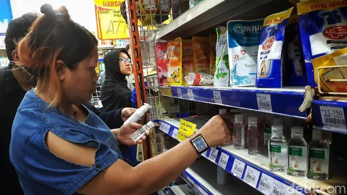 Warga berbelanja di Naga Swalayan, Jatiwaringin, Jakarta Timur, Senin (2/3/2020). Hand Sanitizer banyak diburu warga namun pihak managemen hanya memberikan kesempatan 1 pelanggan hanya boleh membeli 2 buah.