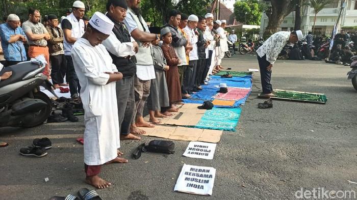 Massa salat asar berjemaah di depan Konjen India, Medan sebelum membubarkan diri.