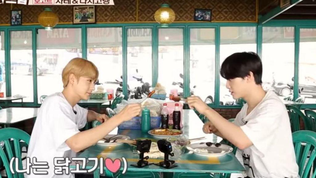 Jalan-jalan ke Bogor, Idol K-Pop The Boyz Lahap Menyantap Makanan Ini