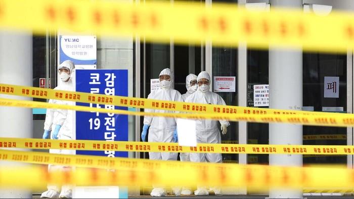 Korea Selatan membuka layanan kesehatan untuk pemeriksaan corona via drive-thru. Hal itu dilakukan guna mengurangi terjadinya kontak untuk cegah penyebaran virus corona.