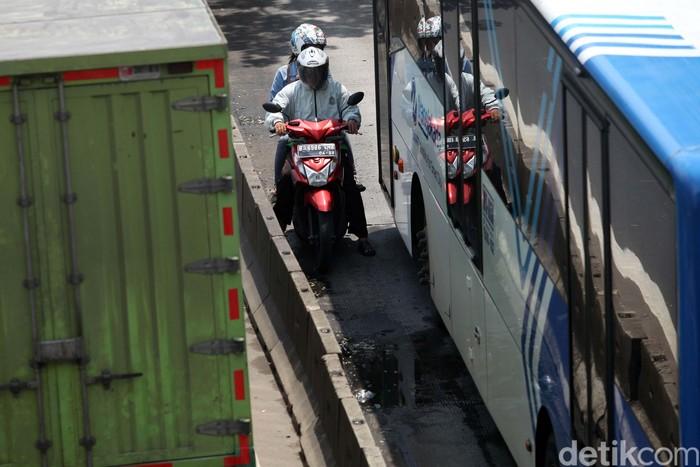 Sejumlah pemotor nekat melawan arah di jalur TransJakarta di Mogot, Jakarta Barat, Senin (2/3). Aksi nekat tersebut untuk menghindari razia petugas kepolisian.