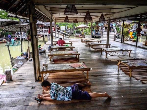 Virus Corona juga membuat Pattaya meredup. Lihat saja, floating market yang biasanya ramai kini sangat sepi. (Mladen Antono/AFP via Getty Images)