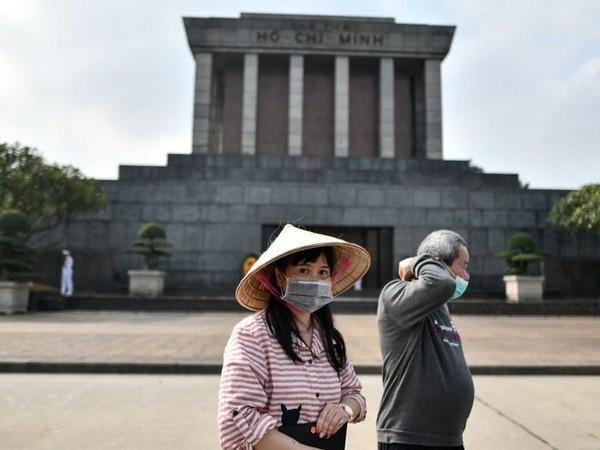 Hanoi di Vietnam juga menjadikan virus Corona sebagai ancaman pariwisata. Negara ini mengharuskan wisatawan menggunakan masker saat berwisata. (MANAN VATSYAYANA/AFP via Getty Images)