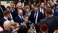 Sebelum peresmiannya, sosok Presiden Rusia Vladimir Putin dikabarkan telah meninjau taman rekreasi itu pada Kamis kemarin. Didampingi oleh Walikota Moskow, Sergei Sobyanin, Putin diketahui sempat berkeliling dan berfoto dengan sejumlah anak-anak saat kunjungannya tersebut (dream_island_park/Instagram)