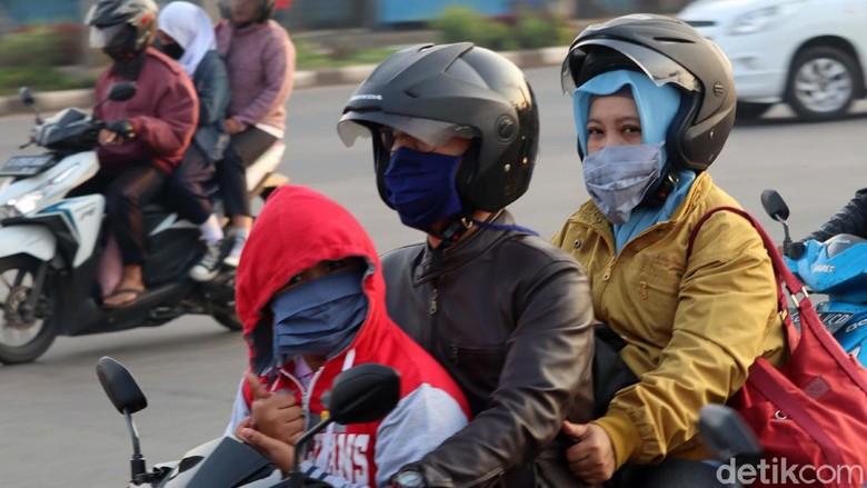 Jawa Barat siaga 1 virus corona, pasca dua warga Depok positif corona. Untuk menangkal penyebaran virus tersebut, warga Kota Bandung ramai-ramai gunakan masker.