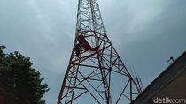 Buntut Eksekusi Kios, Pedagang Nekat Panjat Tower 40 Meter di Tegal