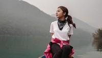 Tak hanya trekking di Annapurna, Nikita juga sempat singgah ke Pokhara. Di sana ia berfoto dengan latar danau nan indah(nikitawillyofficial94/Instagram)