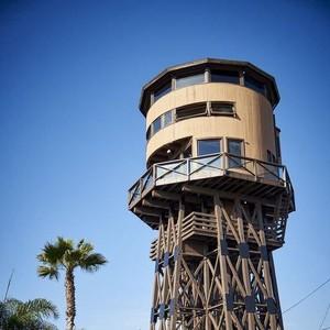 Unik, Menara Air Disulap Jadi Rumah Mewah di Pinggir Laut
