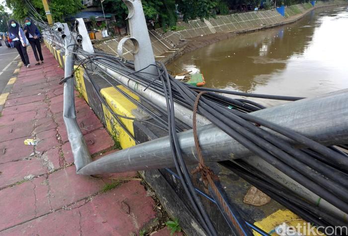 Pagar besi yang berada di Jalan KH Abdullah Syafei, Jakarta, belum diperbaiki. Jembatan itu diketahui rusak imbas banjir yang melanda Jakarta di awal tahun 2020.