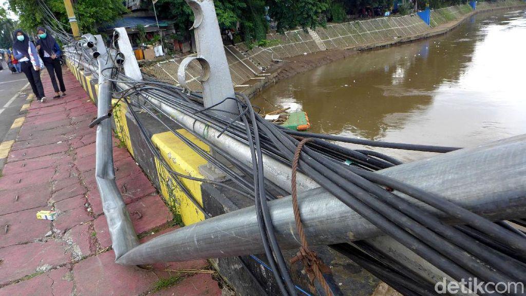 Akibat Banjir, Pagar Besi di Jalan KH Abdullah Syafei Belum Diperbaiki