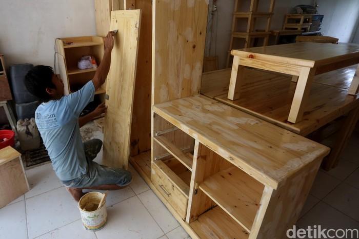 Pascabanjir di Jakarta, sejumlah perajin furniture menerima banyak permintaan dari masyarakat yang terdampak banjir.