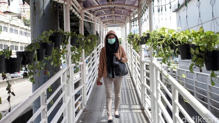 Indonesia belum lama ini laporkan kasus pertama 2 WNI positif virus corona. Sebagai langkah pencegahan, warga di Jakarta pun kenakan masker saat beraktivitas.