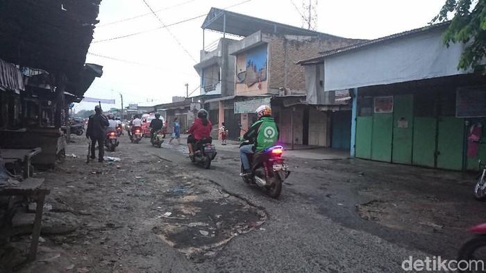 Jalan di Depan Pasar Garuda Medan Rusak Parah, Parit Penuh Sampah