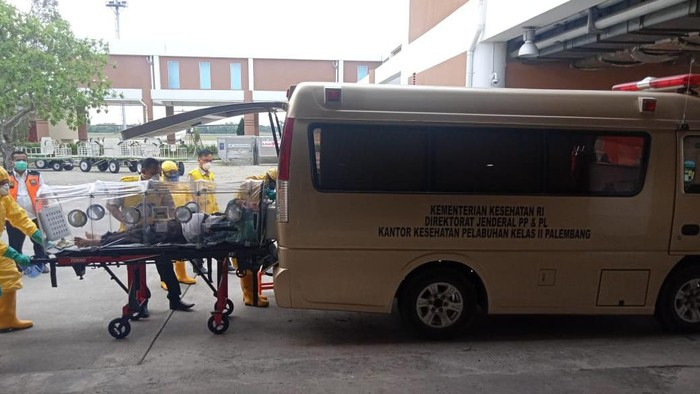 Seorang jemaah umroh dievakuasi ke RS Mohammad Hoesin usai mendarat di bandara Palembang (dok. Istimewa)