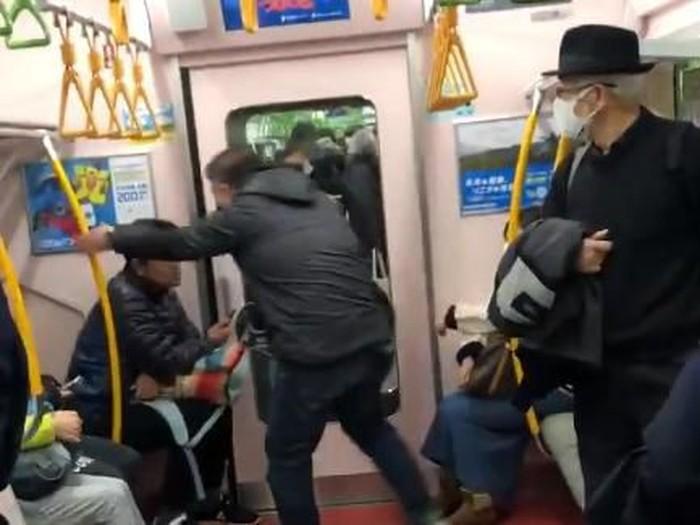 pria marahi penumpang batuk