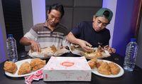 Ajak Kuli Bangunan Mukbang Ayam Goreng, Youtuber Ini Banjir Pujian