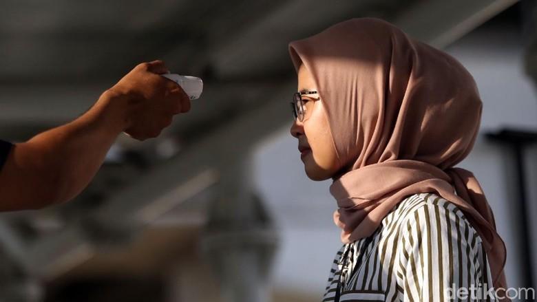 Pemeriksaan kesehatan turut dilakukan bagi para calon penumpang LRT Jakarta. Para penumpang diperiksa suhu tubuhnya sebelum menaiki LRT.