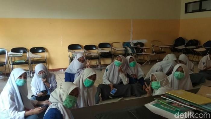 Siswa Cianjur Pakai Masker