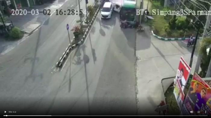Bus rem blong tabrak 13 kendaraan di Bontang. Dua orang tewas (Screenshot video viral)