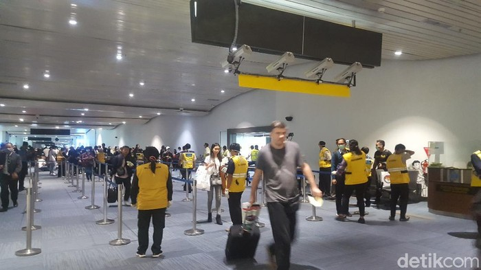 Dua warga negara Indonesia positif virus corona atau Covid-19. Pengawasan di terminal kedatangan Bandara Soekarno-Hatta (Soetta) diperketat.