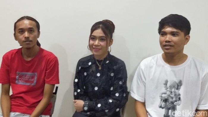 Pedangdut, pencipta dan produser lagu Komunitas Rondo Merana (Corona) meminta maaf. Mereka tidak menyangka lagu itu viral dan meresahkan berbagai pihak.