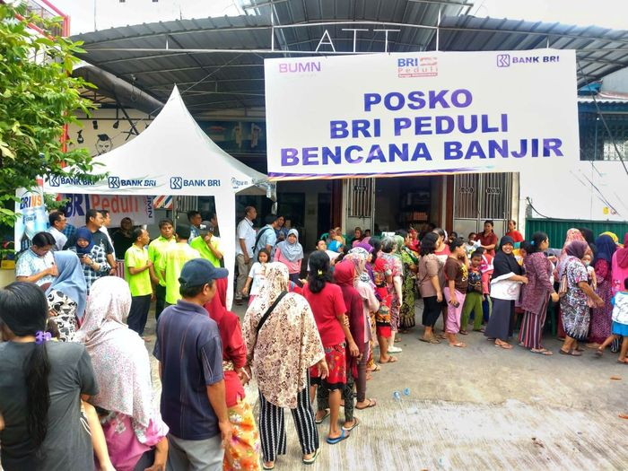 Warga mengantre pembagian bantuan di Posko BRI Peduli Bencana Banjir. Istimewa/BRI.
