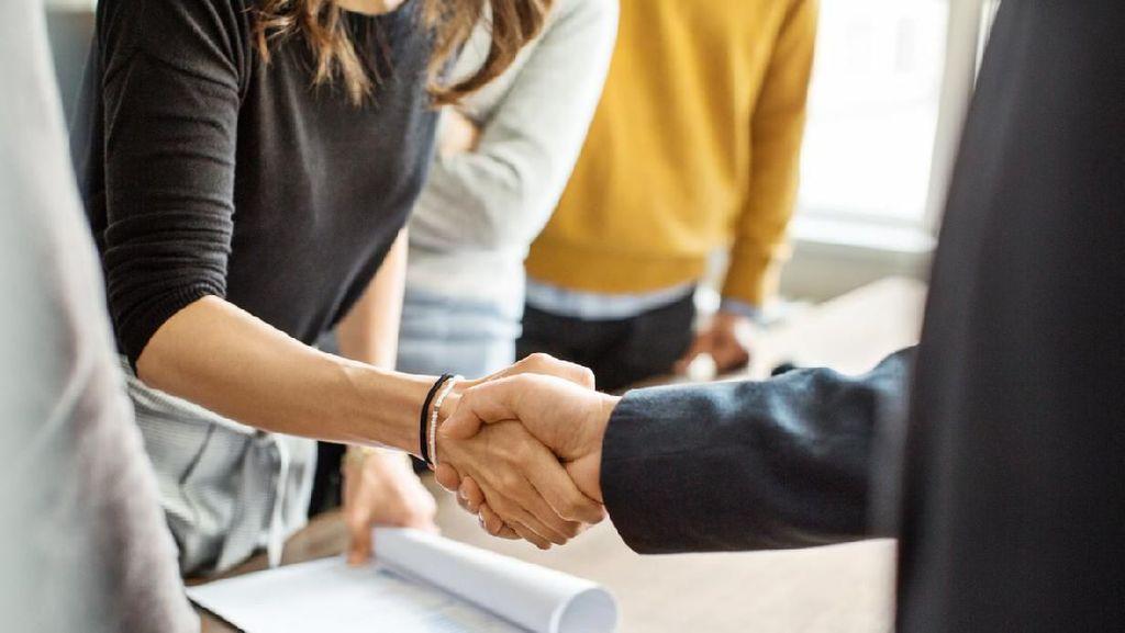 4 Cara Memberi Salam Selain Berjabat Tangan dan Makna di Baliknya