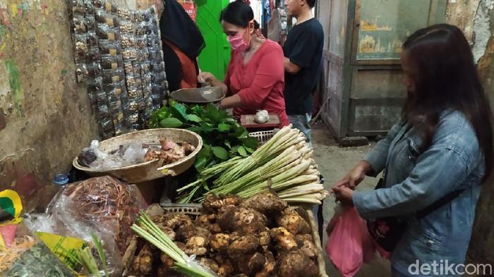 Penjual empon-empon Corona di Pasar Wage, Purwokerto, Selasa (3/3/2020).