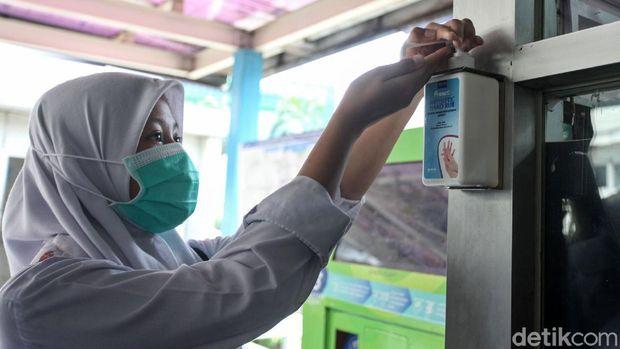 Fasilitas hand sanitizer gratis di tempat umum seharusnya dijaga sama-sama.