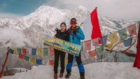 Setelah trekking selama kurang lebih empat hari (waktu standar), Nikita sampai ke Basecamp Mardi Himal di ketinggian 4.200 Mdpl. Tampak jelas wajah bangganya serta bendera merah putih yang jadi identitas Indonesia(nikitawillyofficial94/Instagram)