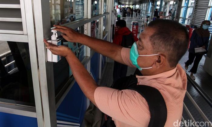 Fasilitas antiseptik gratis tersedia di halte TransJakarta Harmoni. Keberadaan antiseptik gratis itu sebagai salah satu upaya mencegah penyebaran virus corona.