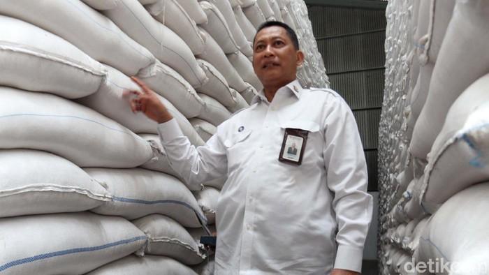 Direktur Utama Perum Bulog Budi Waseso mengunjungi Gudang Bulog Gedebage, Bandung, Selasa (3/2). Buwas memastikan stok beras untuk Idul Fitri 2020 aman.