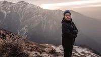 Dalam salah satu fotonya, tampak Nikita yang tengah berpose dengan latar belakang Pegunungan Himalaya(nikitawillyofficial94/Instagram)