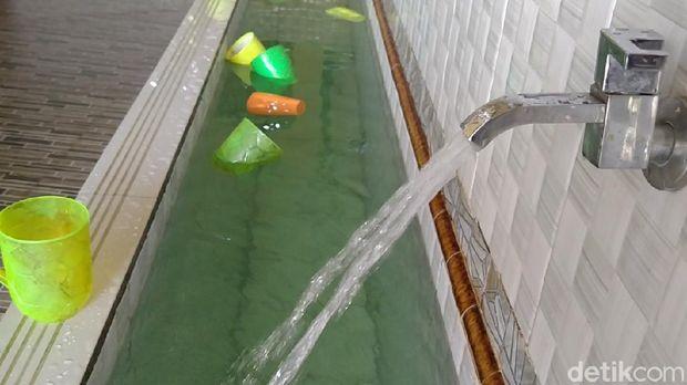 Polisi Selidiki Air Hijau Misterius yang Bikin Geger di Masjid Pekalongan