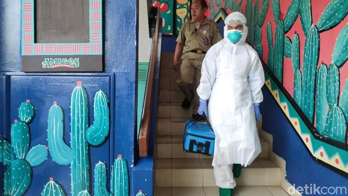 Dinas Kesehatan Provinsi Jakarta melakukan sterilisasi di Amigos Cafe, Kemang, Jakarta, Selasa (3/3/2020). Sterilisasi ini dilakukan karena dugaan warga negara jepang yang terinfeksi virus corona pernah singgah ketempat ini.