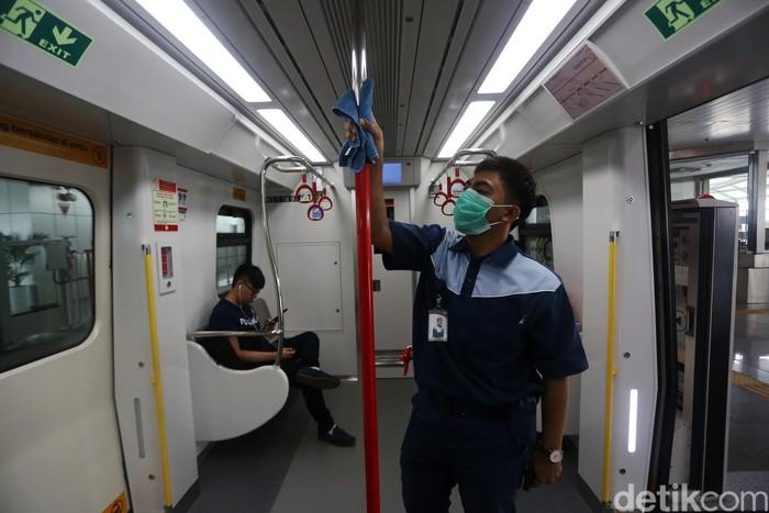 Petugas melakukan pembersihan gerbong kereta LRT rute Velodrome-Kelapa Gading, Selasa (3/3/2020). Hal ini dilakukan guna mencegar penyebaran virus corona.