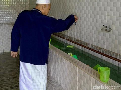Misteri Air Mendadak Jadi Hijau Terang Seperti Sirup di Masjid Pekalongan