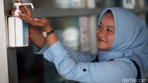 Fasilitas hand sanitizer di tempat umum.
