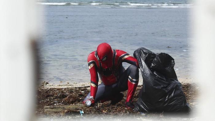 Aksi Spiderman asal Parepare membersihkan sampah berbuah hadiah umroh (Hasrul Nawir/detikcom)