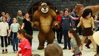 Pengunjung juga bisa bersenang-senang bersama Mowgli dan teman beruangnya. Seru ya!(dream_island_park/Instagram)