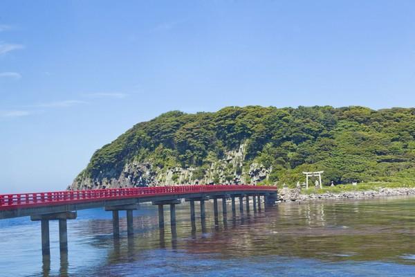 Selain itu traveler juga bisa melihat pulau tetangga bernama Oshima yang juga punya tebing berbentuk sarang lebah. (Foto: iStock)
